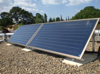 capteurs solaires inclinés à 45° sur toit terrasse